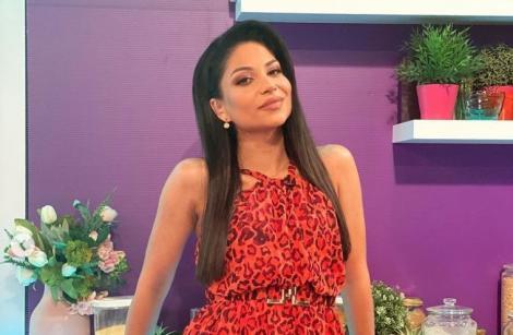 Ameri Nasrin într-o salopetă roșie, cu părul pe o parte