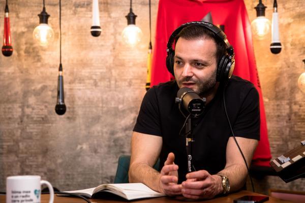 """Mihai Morar, într-un tricou negru, în podcastul """"Fain și simplu"""""""