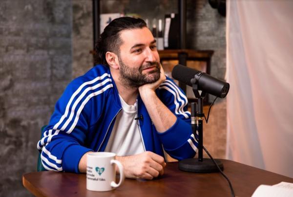 """Smiley într-un hanorac albastru, în podcastul """"Fain și simplu"""""""