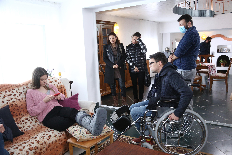 Serial Adela, episodul 23 si episodul 24, din 1 aprilie 2021. Adela are un accident și ajunge acasă în scaunul cu rotile