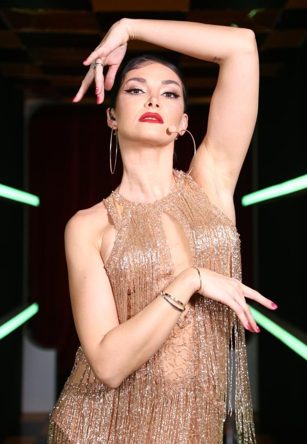 Alina Pușcaș, într-o rochie aurie din franjuri