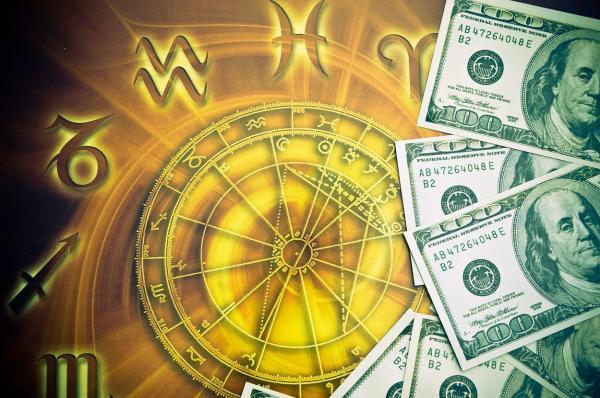 imagine ilustrativă cu discul celor 12 zodii și un teanc de bani