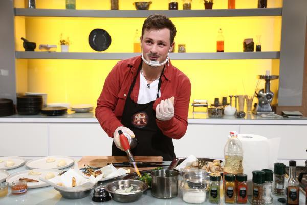 Florin Revesz gătind în bucătăria Chefi la cuțite