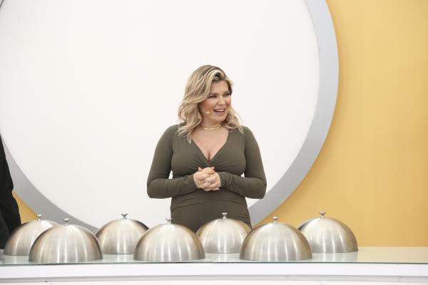 """Gina Pistol, prezântând cloșurile pregătite în bucătăria """"Chefi la cuțite"""""""