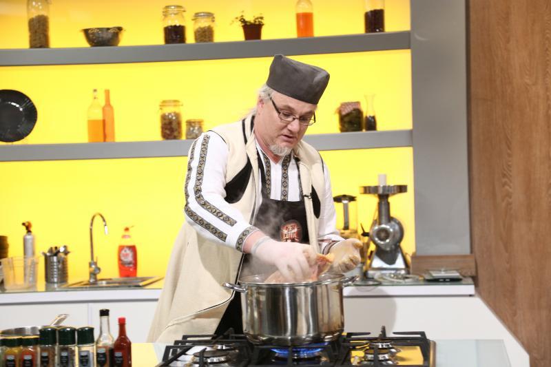 Toma Popovici gătind la chefi la cuțite