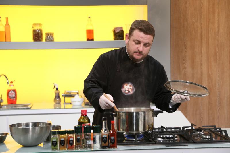 Preotul Florin Danu gătind la Chefi la cuțite