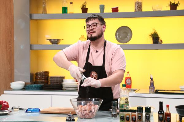 Patrick Coman gătind o rețetă reinterpretată în bucătăria chefi la cuțite