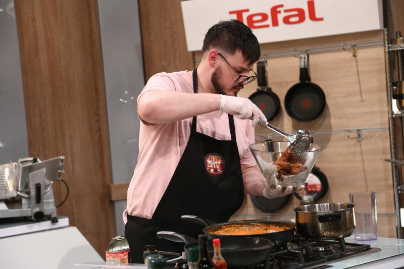 Patrick Coman gătind i8n bucataria chefi la cutite