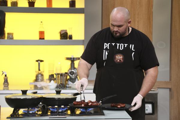 """gheorghe ignat gătind în bucătăria emisiunii """"Chefi la cuțite"""", sezonul 9"""