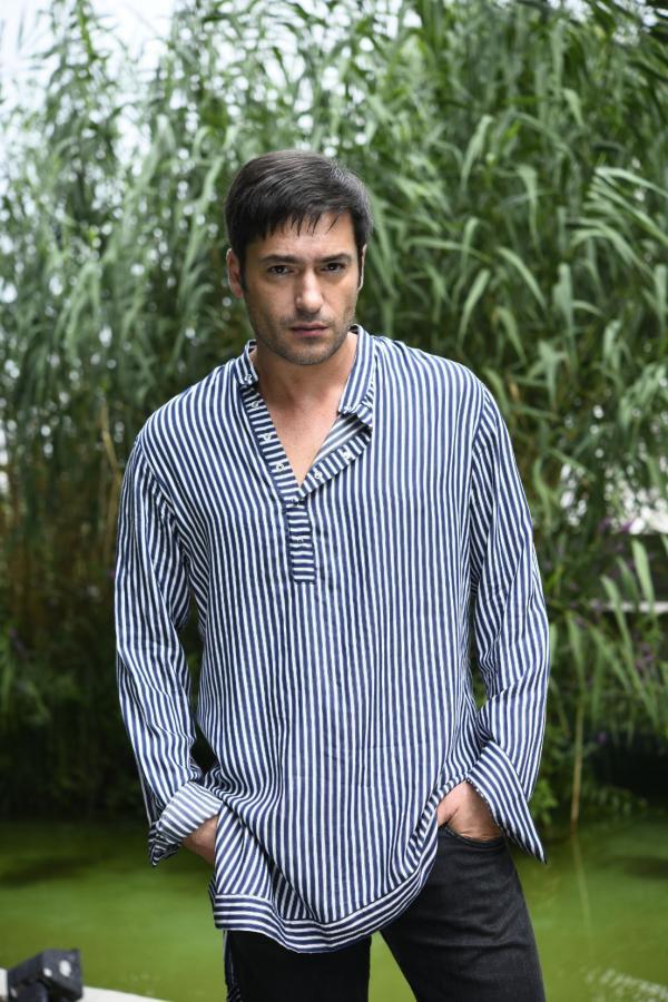 Radu Vâlcan, într-o cămașă în dungi