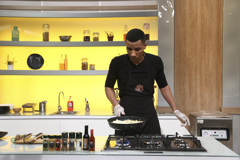 Matthias Alexandru gătind în bucătăria chefi la cuțite