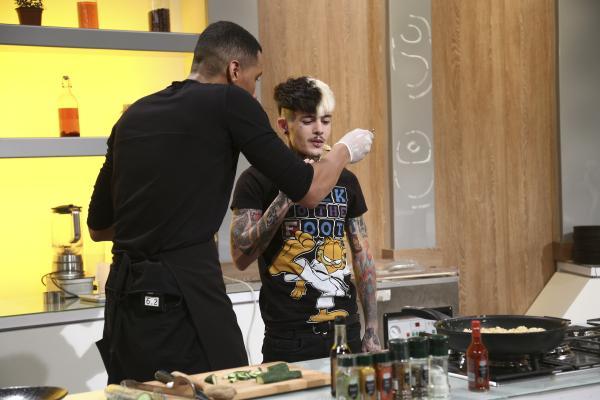 Matthias Alexandru gătind în bucătăria chefi la cuțite, impreuna cu Zanni