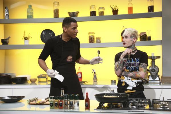Matthias Alexandru gătind în bucătăria chefi la cuțite impreuna cu zanni