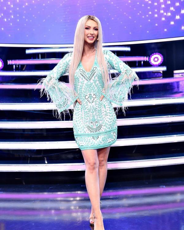 Andreea Bălan pe platoul de filmare al emisiunii Te cunosc de undeva, imbracata într-o rochie albastră și scută