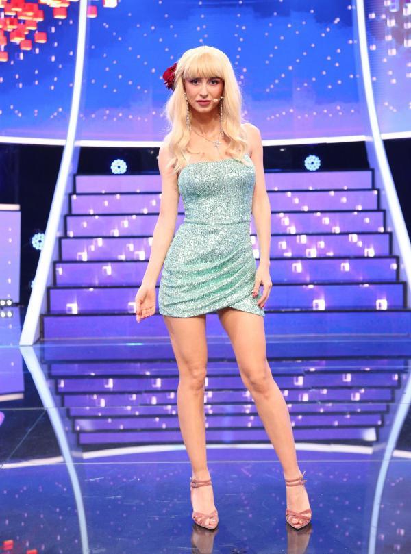 Andreea Bălan, într-o rochie albastră și scurtă