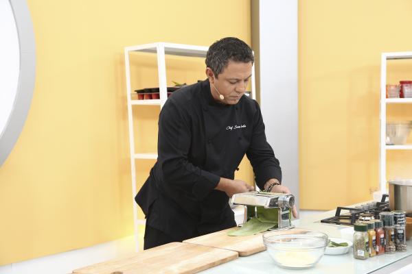 """sorin bontea gătind în bucătăria emisiunii """"Chefi la cuțite"""""""