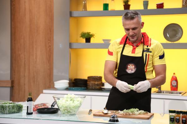 """Pavel Florin gătind in bucătăria emisiunii """"Chefi la cuțite"""""""