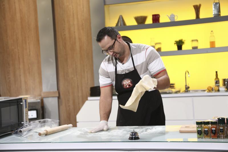 Alexandru Brobonea gatind in bucataria chefi la cutite