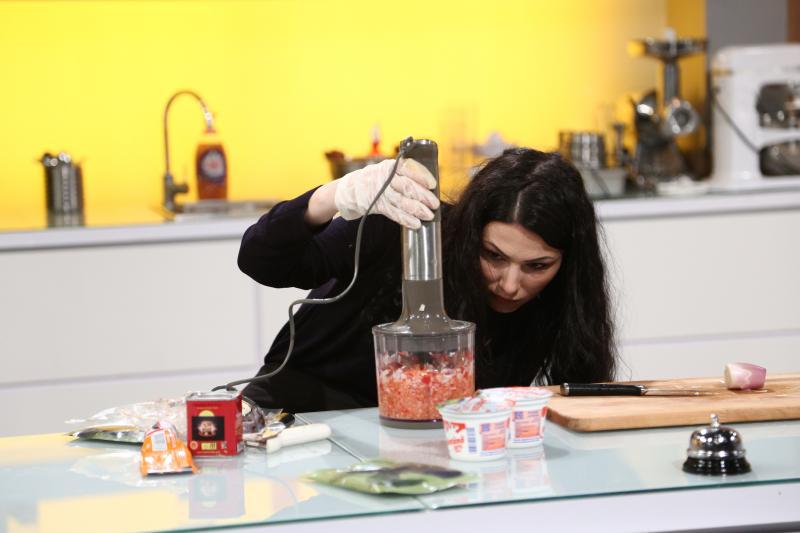 Ana Maria Anthon gătind la chefi la cuțite