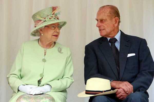 regina elisabeta a II-a vorbeste cu sotul printul philip