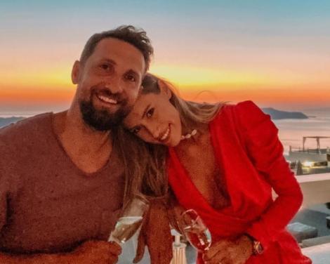 Dani Oțil și Gabriela Prisăcariu, iar în spate un apus de soare