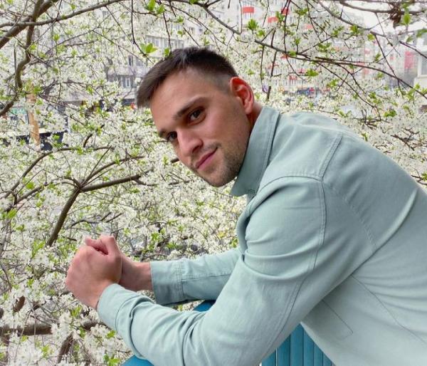 Vlad Gherman într-un sacou albastru