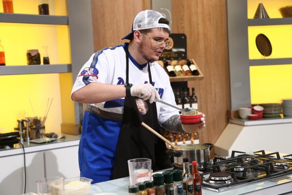 Big M, gătind in bucătăria emisiunii chefi la cuțite, sezonul 9