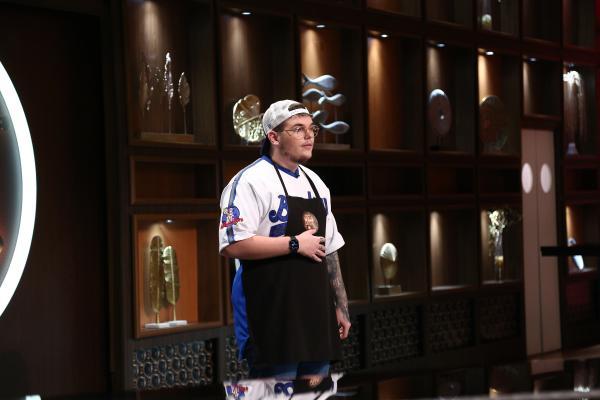 Big M, stând în fața juratilor emisiunii chefi la cuțite, sezonul 9