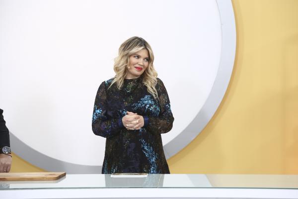 """Gina PIstol în platoul emisiunii """"Chefi la cuțite"""" sezonul 9, anuntand amuleta 21"""