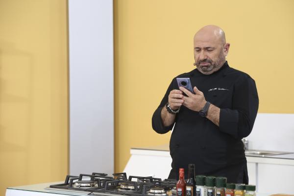 catalin scarlatescu stand pe telefon in bucataria emisiunii chefi la cutite