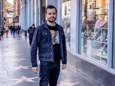 Laurențiu Duță, într-un tricou negru, geacă din denim și jeans