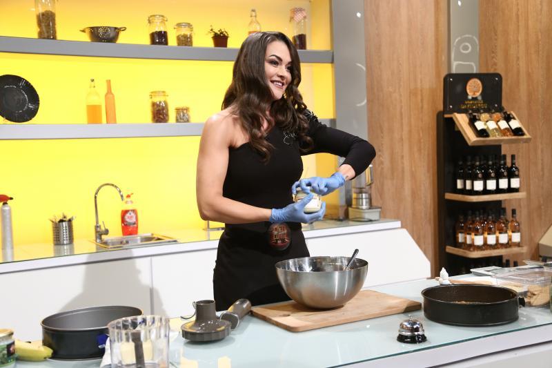 Ioana Crișan gatind in bucataria chefi la cutite