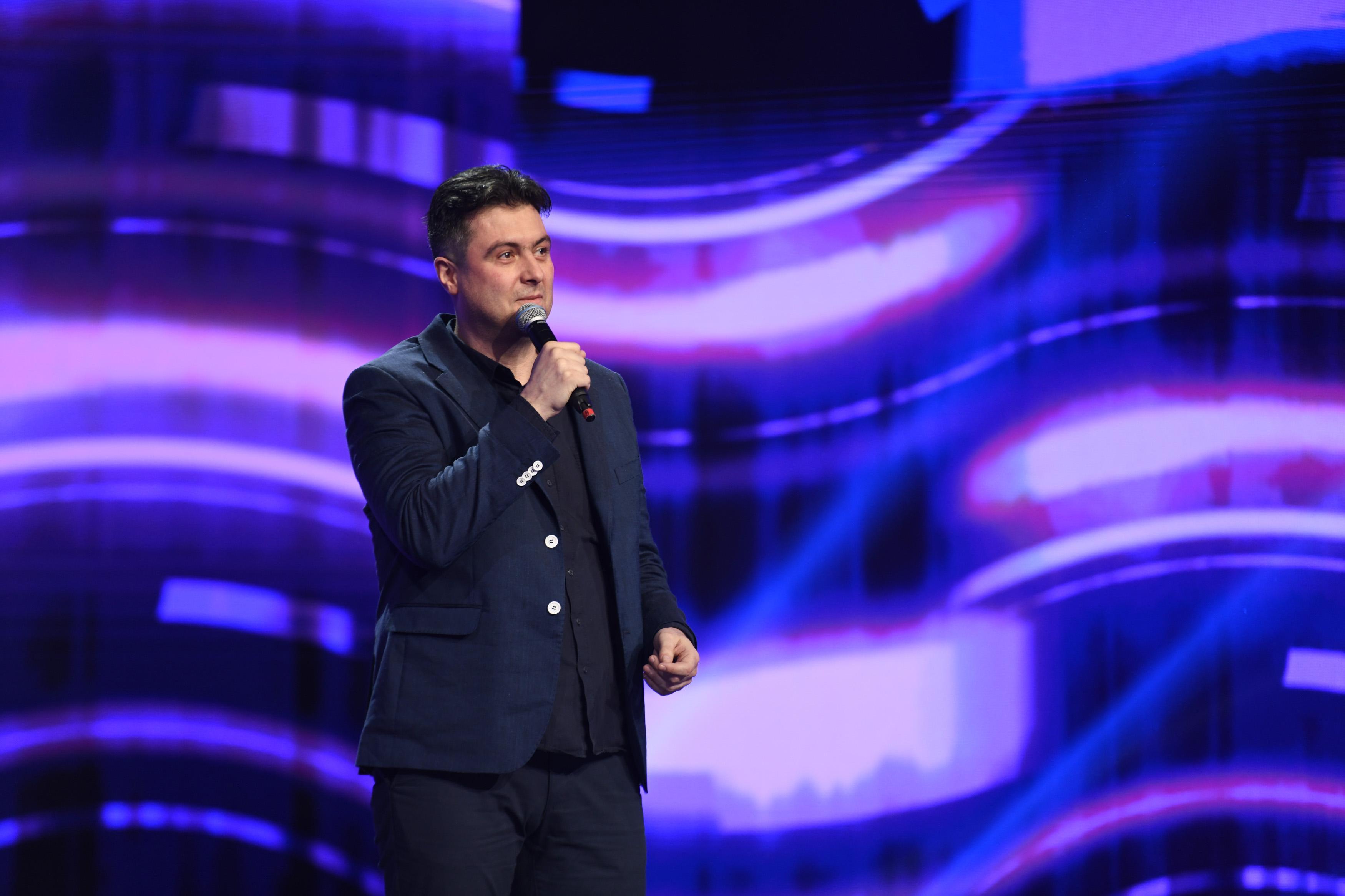 iUmor, 14 aprilie 2021. Actorul Dragoș Pop urcă pe scena iUmor cu un pachet de glume inteligente