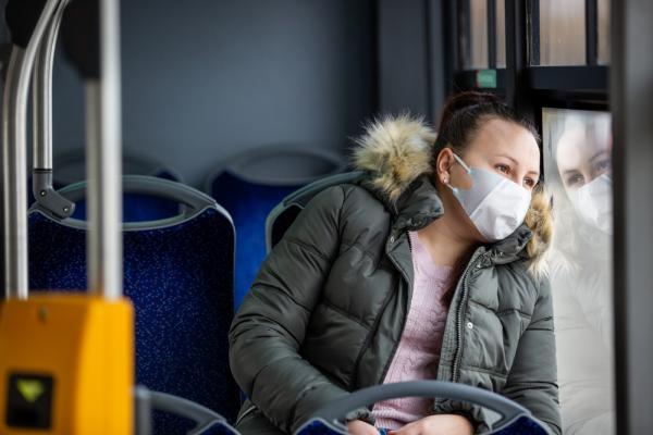 femeie cu masca intr-un autobuz