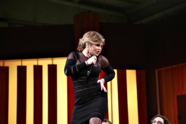 Loredana Groza într-o rochie neagră și scurtă, pe platoul Chefi la cuțite