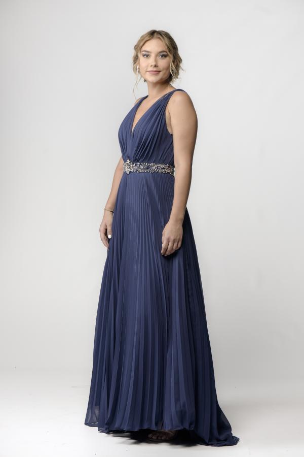 alexandra mucea imbracata intr-o rochie albastra