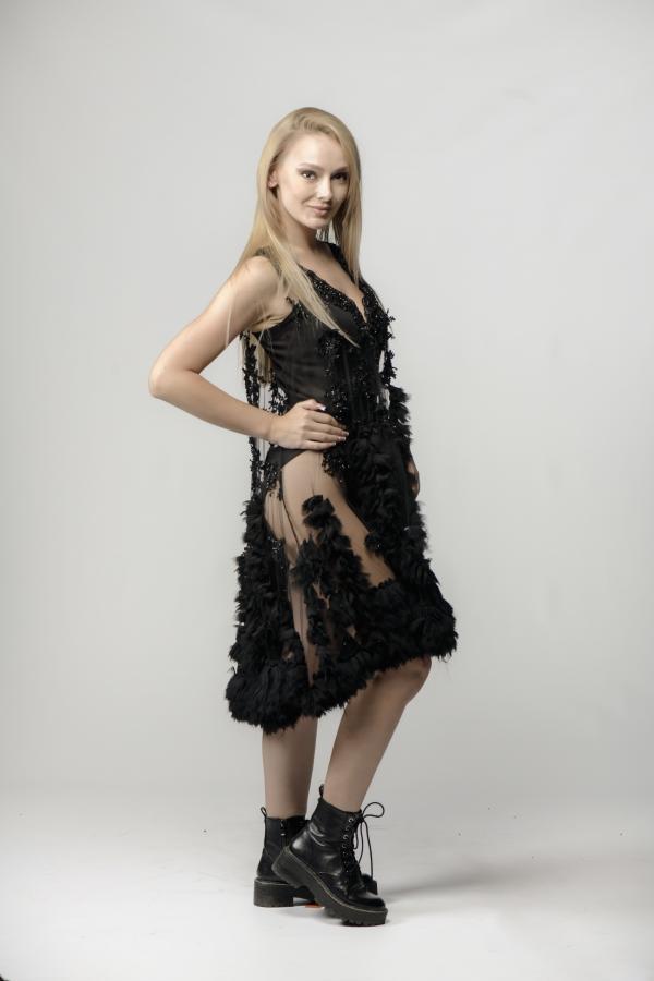 malinka zina imbracata in negru