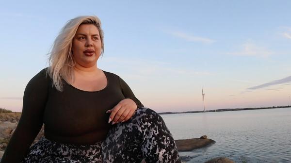Natasha Crown, poză pe marginea mării
