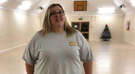 Kelly Ryder pe vremea când avea 171 de kilograme, poza intr-o sala cu brad de craciun
