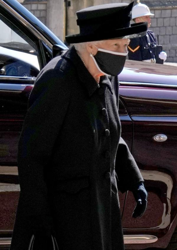 regina elisabeta imbracata in negru, cu masca pe fata