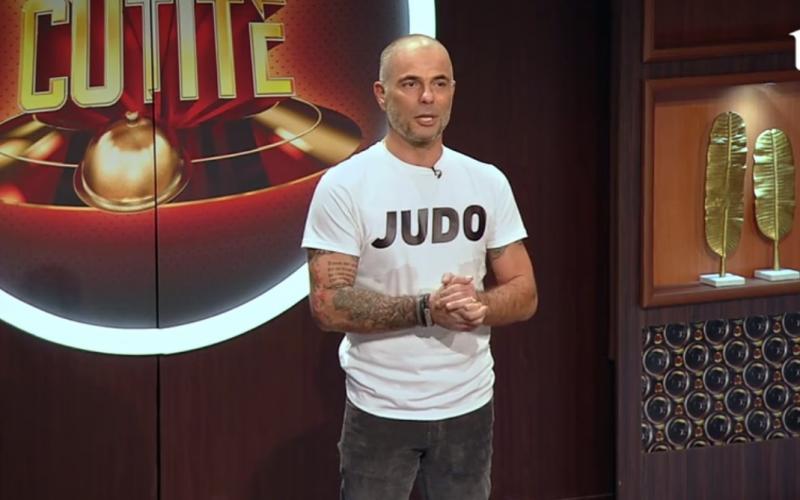 Lucian Barna intr-un tricou alb si pantaloni, in platoul emisiunii chefi la cutite