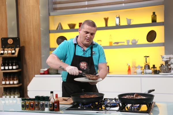 daniel ciurlică gătind in bucataria emisiunii chefi la cutite sezonul 9