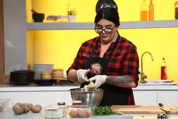 Georgiana Neda Ebru gatind in bucataria emisiunii chefi la cutite, sezonul 9