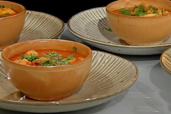 Gulaș de porc cu găluște de griș în boluri de ceramică