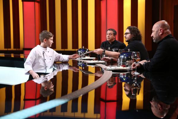 Chefii Florin Dumitrescu, Sorin Bontea și Cătălin Scărlătescu, în platoul emisiunii Chefi la cuțite, alături de un concurent