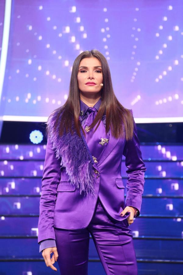 Alina Pușcaș într-o ținută mov, la Te cunosc de undeva!