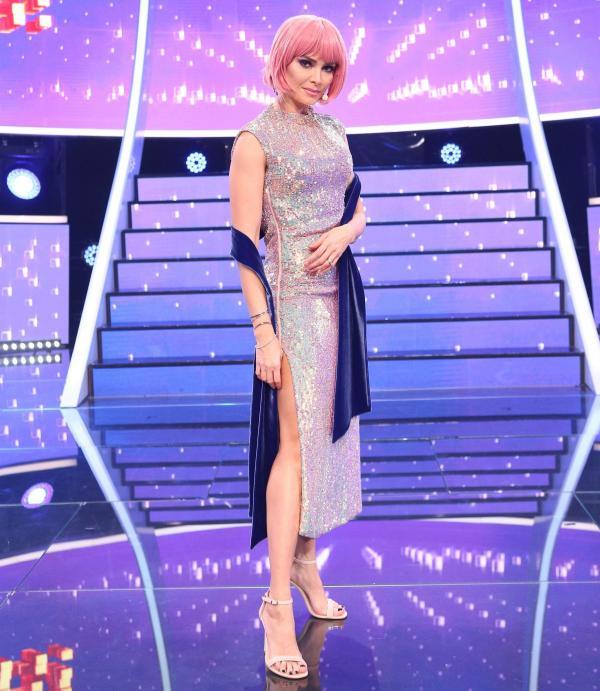 Alina Pușcaș, într-o rochie argintie și o perucă roz