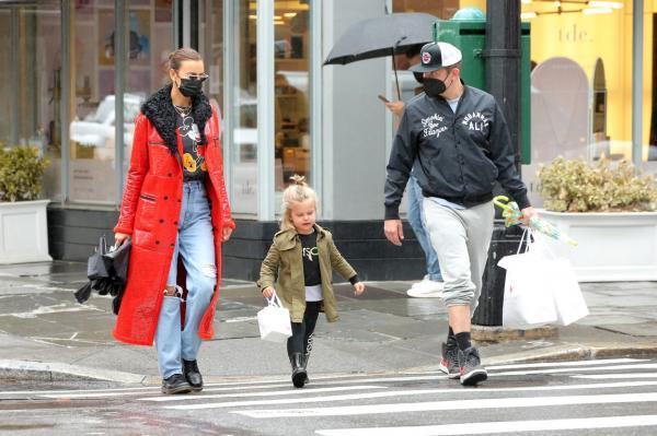 Irina Shayk, Bradley Cooper și fetița lor pe stradă în New York