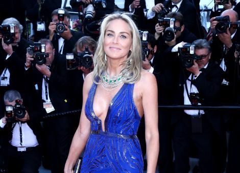 Sharon Stone, imbracata intr-o rochie albastra cu decolteu, pe covorul rosu