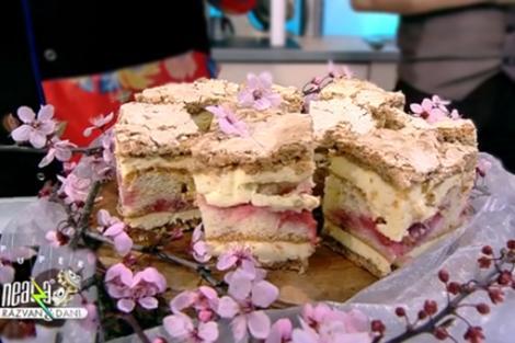 Prăjitură Ramona, cu foi de bezea, cremă de vanilie și pandișpan cu căpșuni